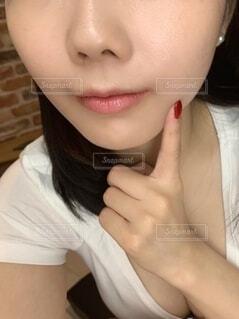 指を頬に当てる女性の写真・画像素材[3843698]