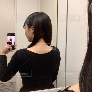 女性の後ろ姿の写真・画像素材[3873849]