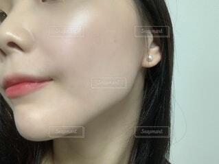 少し微笑む女性の自撮り肌の写真・画像素材[3873853]