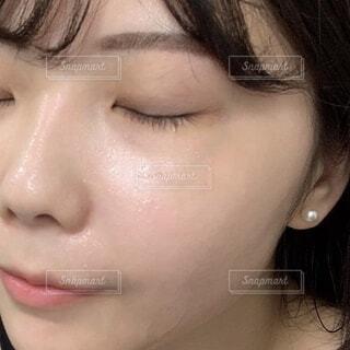 自撮りをする女性(スキンケア)の写真・画像素材[4051624]