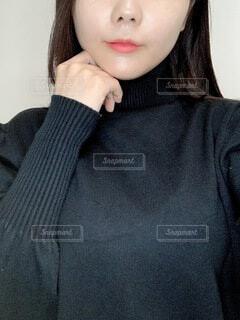 ハイネックの服を着る女性の写真・画像素材[4105213]