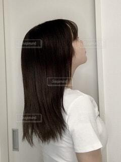 後ろ姿で髪を見せる女性の写真・画像素材[4105210]