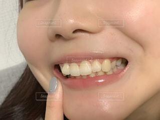 歯を見せる女性(加工無し)の写真・画像素材[4336814]