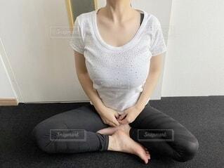 ストレッチをする女性の写真・画像素材[4860168]