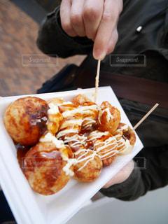 たこ焼きを食べる人の写真・画像素材[1030449]