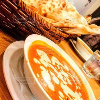 テーブルの上に食べ物のプレートの写真・画像素材[1030374]