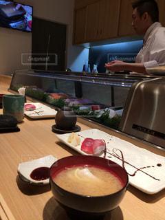 テーブルの上に食べ物のパンの写真・画像素材[1031220]