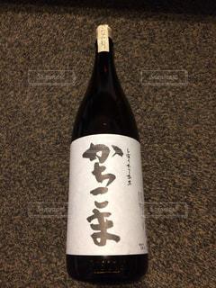 近くにワインの瓶のアップの写真・画像素材[1798234]