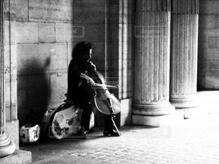 パリのバイオリン弾きの写真・画像素材[1031016]