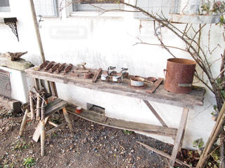 壊れた木の椅子の写真・画像素材[1031231]