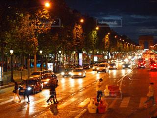 夜のシャンゼリゼ通りの写真・画像素材[1033155]