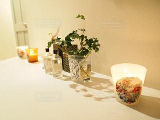 テーブルの上の花の花瓶の写真・画像素材[1033990]