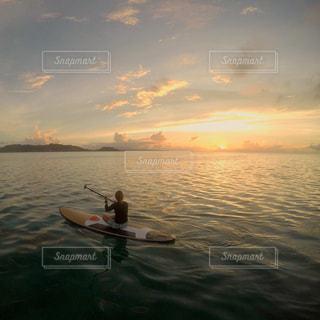 水の体のボートの人々 のグループの写真・画像素材[1030621]