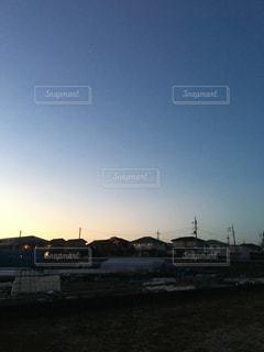 太陽が沈みかけの夕焼けの空の写真・画像素材[1044369]