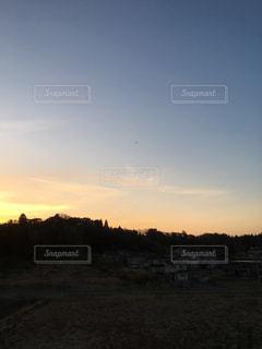 山影に沈む夕日の写真・画像素材[1044378]
