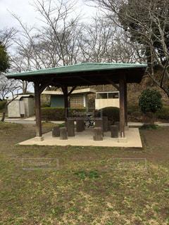 木のイスの休憩場所の写真・画像素材[1050492]
