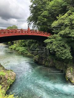 神橋とエメラルドグリーンの川の写真・画像素材[2301884]