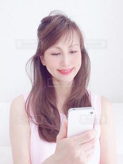 スマホを持っている女性の写真・画像素材[3161283]