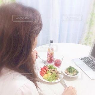 オンラインで食事をしている女性の写真・画像素材[3316174]