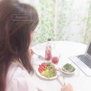 オンラインで食事をしている女性の写真・画像素材[3316309]