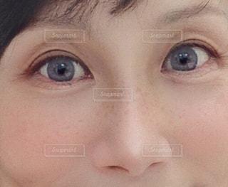 青い瞳とソバカスの写真・画像素材[3364808]