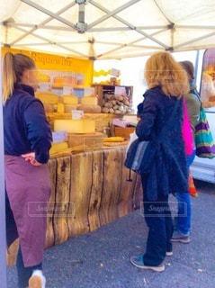 マルシェで買い物をしている人の写真・画像素材[3369688]