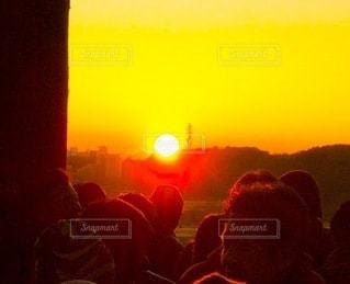 日出を見ている人々の写真・画像素材[3409828]