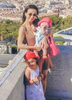子供を抱える女性の写真・画像素材[3411103]