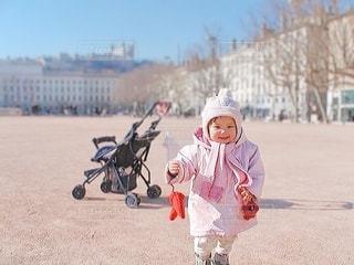 外を歩いている小さな女の子の写真・画像素材[3458976]