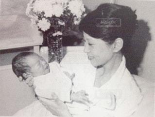赤ちゃんを持っている女性の写真・画像素材[3476172]