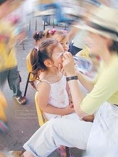 顔に化粧をされている女の子の写真・画像素材[3480615]