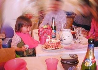 テーブルに座っている小さな女の子の写真・画像素材[3484826]