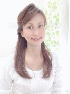 笑顔でカメラを見ている女性の写真・画像素材[3484830]