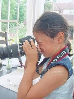 カメラで撮影している女の子の写真・画像素材[3513782]
