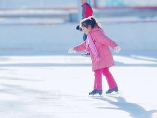 スケートをしている少女の写真・画像素材[3513783]