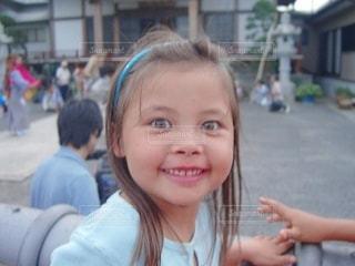 カメラに微笑む少女の写真・画像素材[3518942]