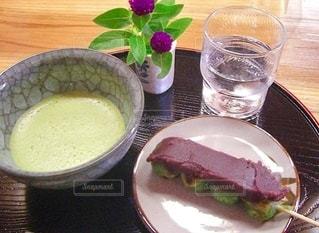 テーブルの上にある食べ物の写真・画像素材[3518944]