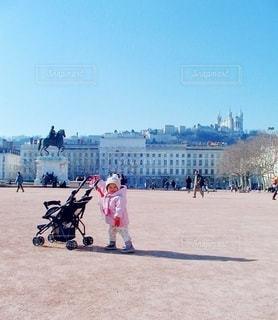 広場に立っている子どもの写真・画像素材[3534589]