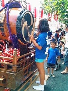 太鼓の前に立っている女の子の写真・画像素材[3537289]