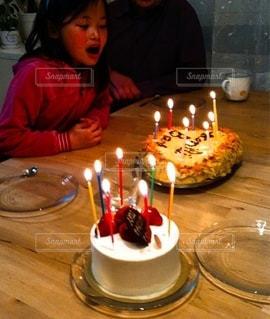 ろうそくに火をつけたバースデーケーキの写真・画像素材[3537295]