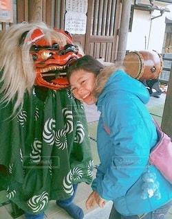 獅子舞に頭を噛まれる女の子の写真・画像素材[3537300]