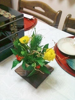 テーブルの上の花の写真・画像素材[3537304]
