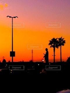 夕日に浮かぶシルエットの写真・画像素材[3537321]