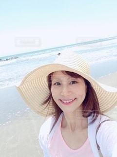 海を背景にカメラに微笑む女性の写真・画像素材[3550680]