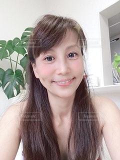 カメラに向かって微笑む女性の写真・画像素材[3550681]