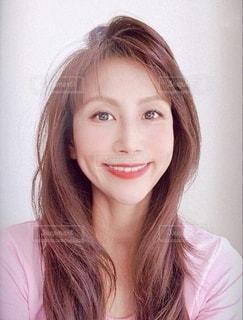 カメラに向かって微笑む女性の写真・画像素材[3590429]