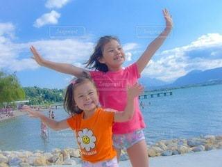 水の隣に立っている女の子の写真・画像素材[3594604]