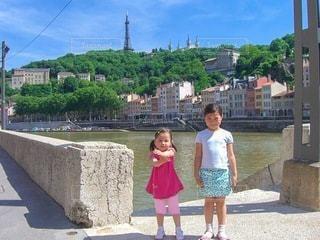 川の前に立っている少女の写真・画像素材[3599300]