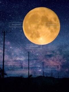 夜空の月の写真・画像素材[3658263]