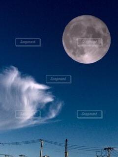 空の雲と月の写真・画像素材[3658275]